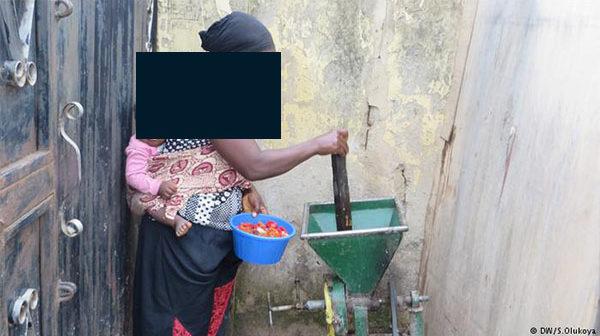 woman grinding Crdt: DW/S.Olukoya
